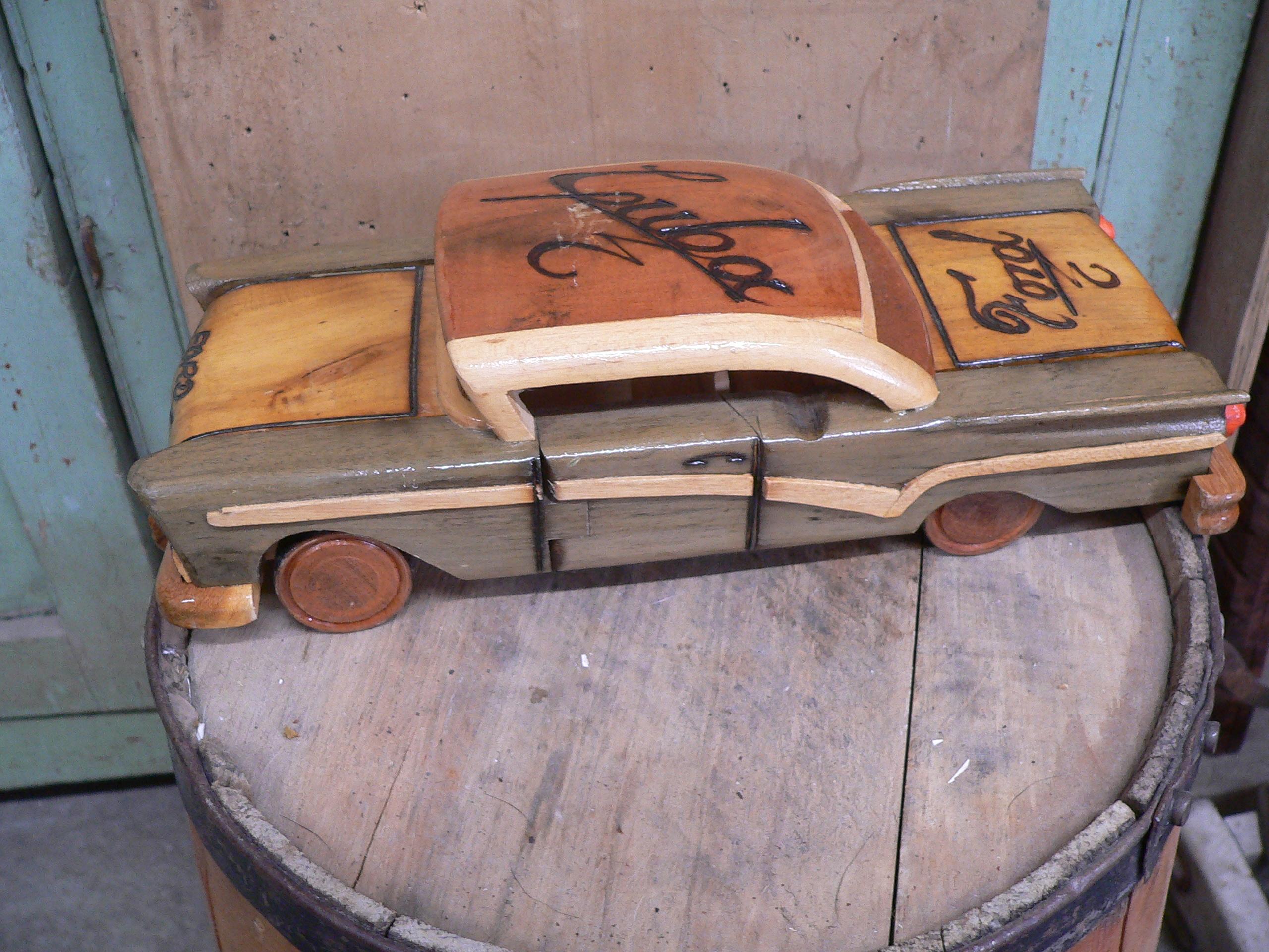 Voiture en bois fait par un artisan # 5335