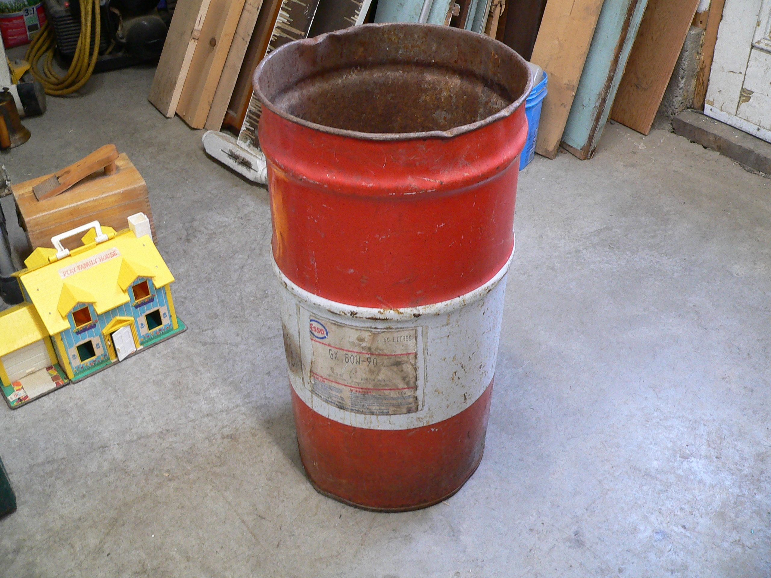 Vieux bidon en métal Esso # 5461